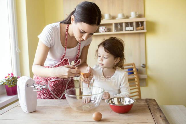 Mãe e filha de cozimento — Fotografia de Stock