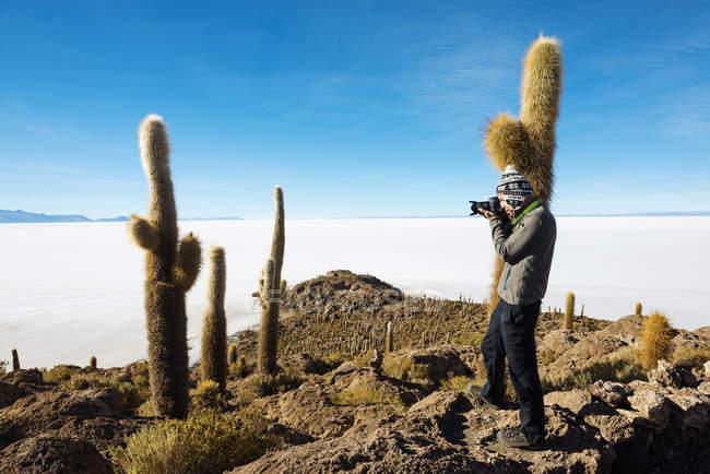 Atacama, Altiplano, Salar de Uyuni, Bolivien, Mann unter Bild mit Kamera — Stockfoto
