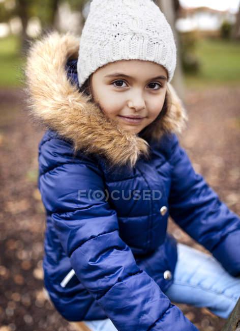 Retrato de menina vestindo jaqueta azul no outono — Fotografia de Stock