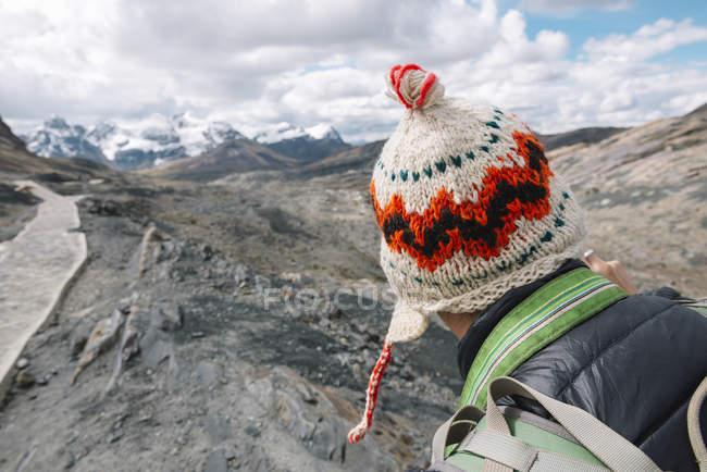 Man wearing woolly hat walking in the Cordillera Blanca — Stock Photo
