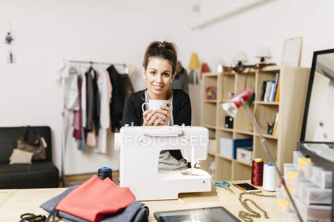Молодой модельер работает в своей студии — стоковое фото
