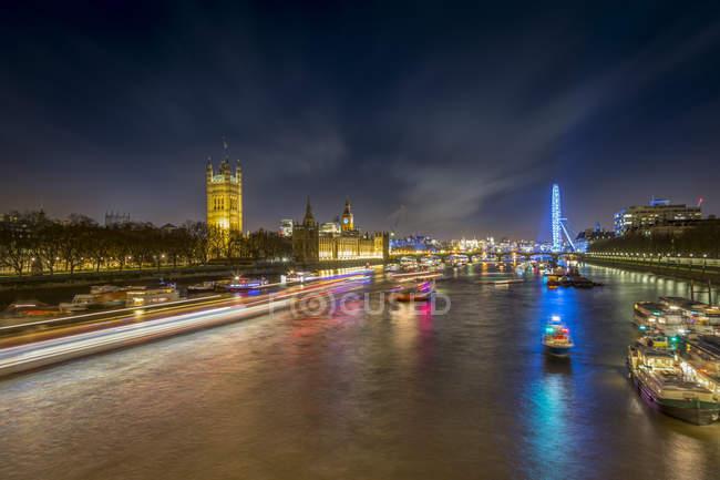 Великобритания, Лондон, вид на Темзу с Вестминстерский дворец и Лондонский глаз в ночное — стоковое фото