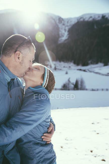 Italy, Val Venosta, Slingia, mature couple kissing in winter landscape — Stock Photo