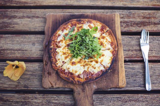 Вид зверху піци на Розробні рада — стокове фото