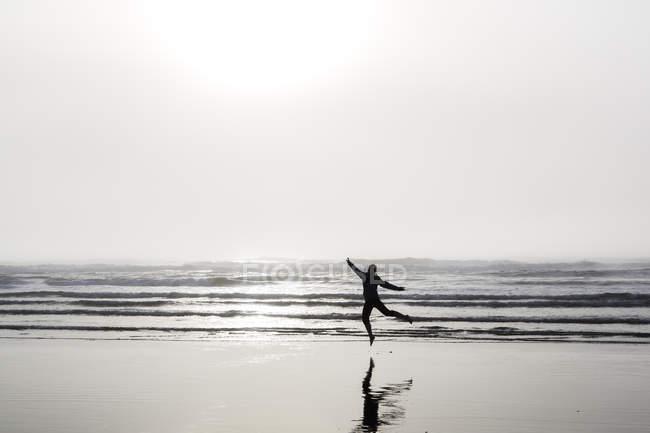 USA, Washington State, woman jumping on Long Beach — Stock Photo