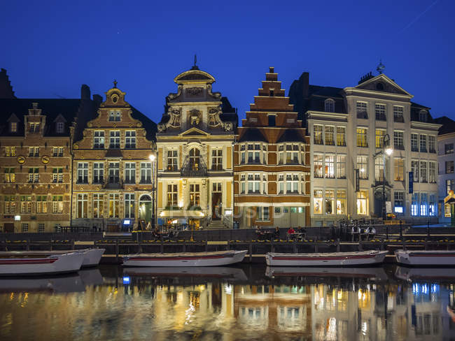 Belgium, Ghent, promenade at Korenlei with historical houses in the evening — Stock Photo
