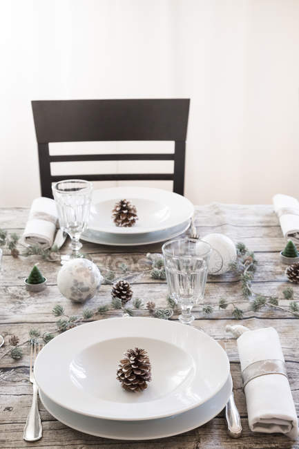 Impostazioni della tabella con decorazione di Natale di cui — Foto stock