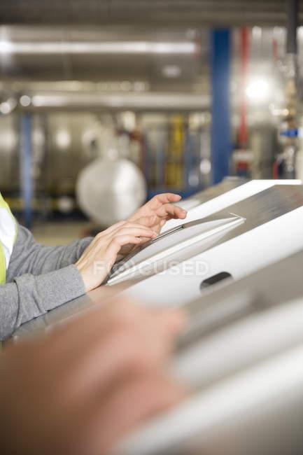 Primo piano del controllo di esercizio tecnico degli impianti industriali — Foto stock