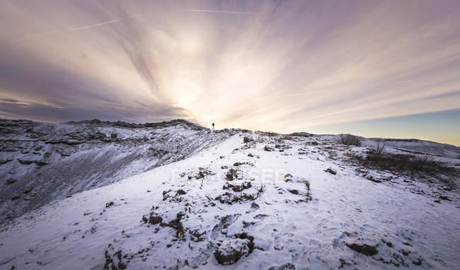 Islanda, Kerid, persona che cammina lungo il bordo del cratere vulcanico al Golden Circle — Foto stock