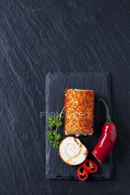 Rolle von Frischkäse mit Paprika und Chili-Pfeffer — Stockfoto
