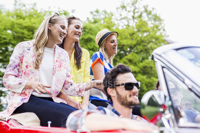 Happy friends in a convertible — Stock Photo