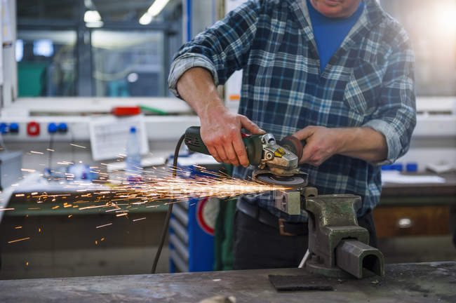 Mann arbeitet mit Schleifmaschine — Stockfoto