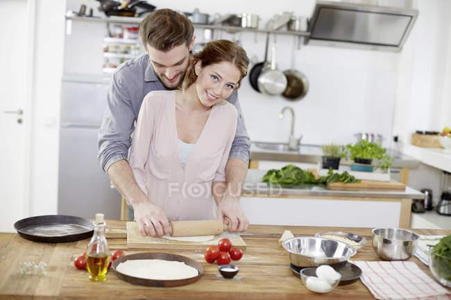 Ласкавим пара приготування тіста для піци за кухня — стокове фото