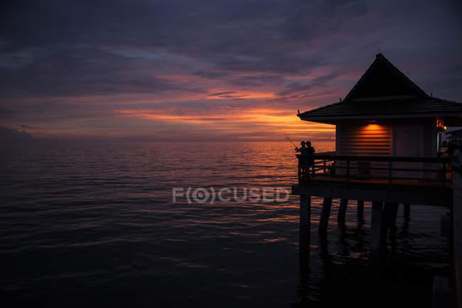 Stati Uniti, Florida, Napoli, pilastro di legno al tramonto — Foto stock