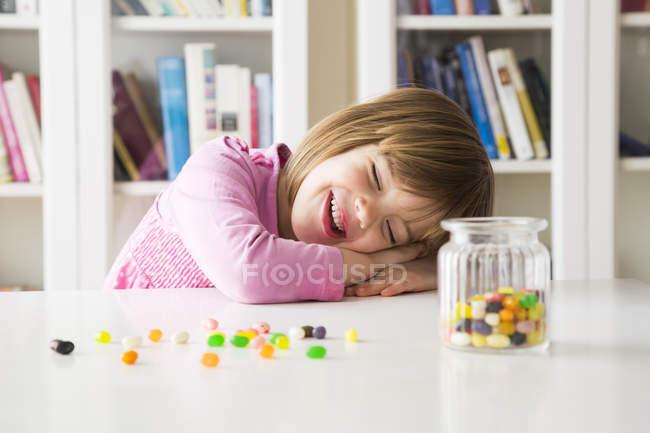 Retrato de una niña feliz con un vaso de gelatina - foto de stock