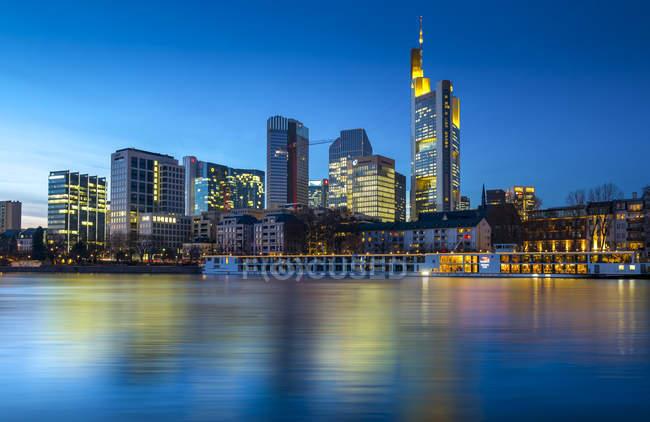 Alemania, Hesse, Frankfurt, vistas desde Schaumainkai, horizonte con edificios de banco en la noche - foto de stock