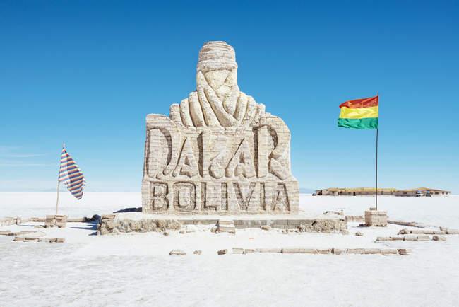 Bolivia, Atacama, Altiplano, Salar de Uyuni, monumento de Dakar contra el cielo - foto de stock