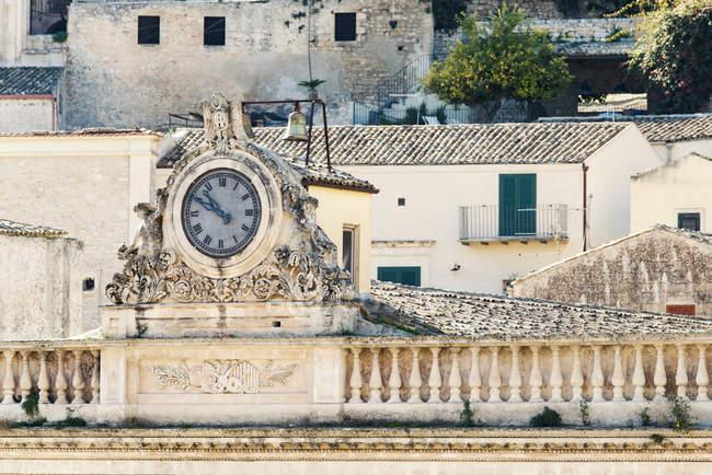 Reloj histórico en el techo del teatro - foto de stock