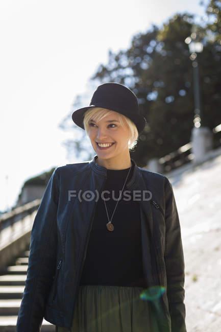 Femme portant blouson de cuir et chapeau — Photo de stock