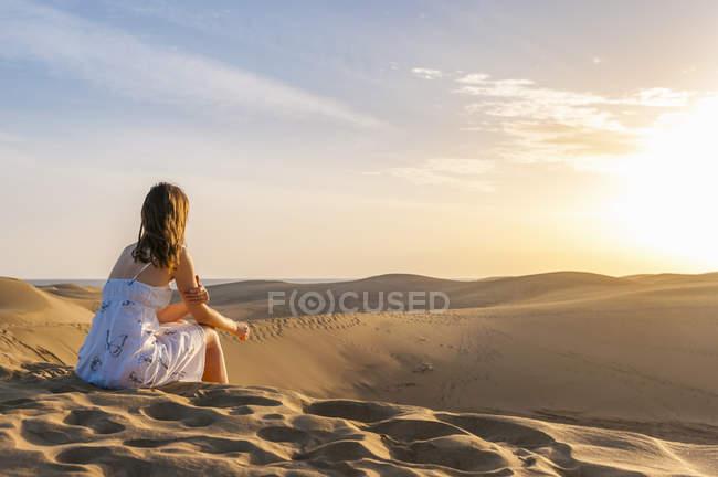 Жінка сидить на Дюна — стокове фото