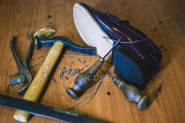 Ferramentas para fabricação de calçado e calçado de couro — Fotografia de Stock