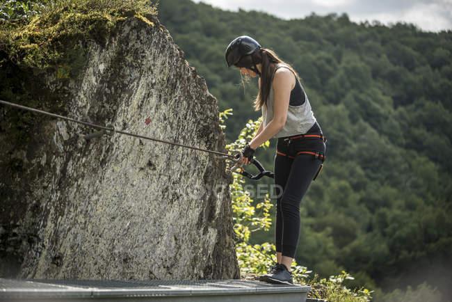 Deutschland, westerwald, hoelderstein, frau klettert auf klettersteig — Stockfoto