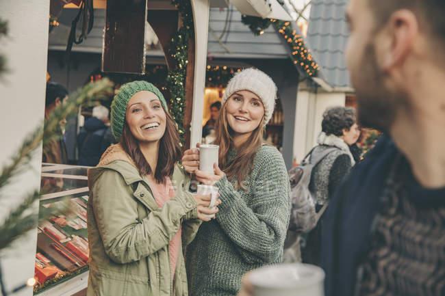 Щасливі друзі, гарячий пунш на Різдвяний ярмарок — стокове фото