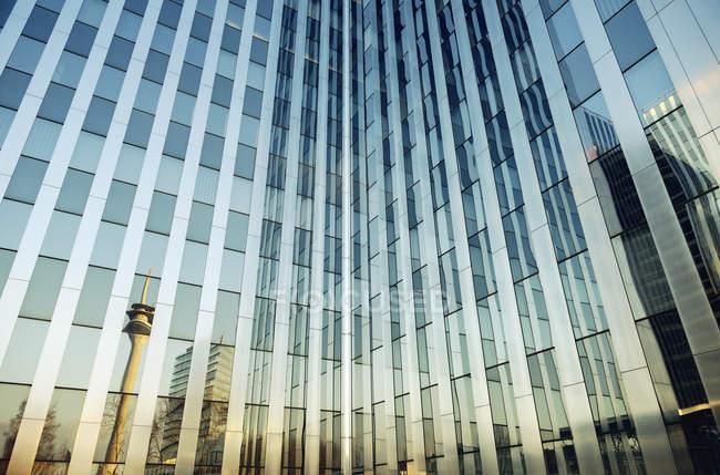 Перегляд офісної будівлі, Рейн башта дзеркальний скляний фасад, Дюссельдорф, Німеччина — стокове фото