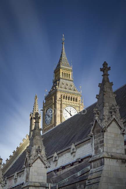 Regno Unito, Londra, Mostra al Big Ben dietro un tetto del Palazzo di Westminster — Foto stock