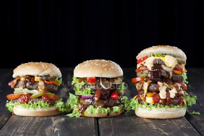 Hambúrguer duplo com legumes — Fotografia de Stock