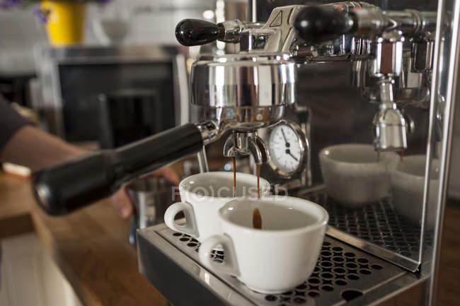 Siebträger-Maschine, zwei Tassen cappuccino — Stockfoto