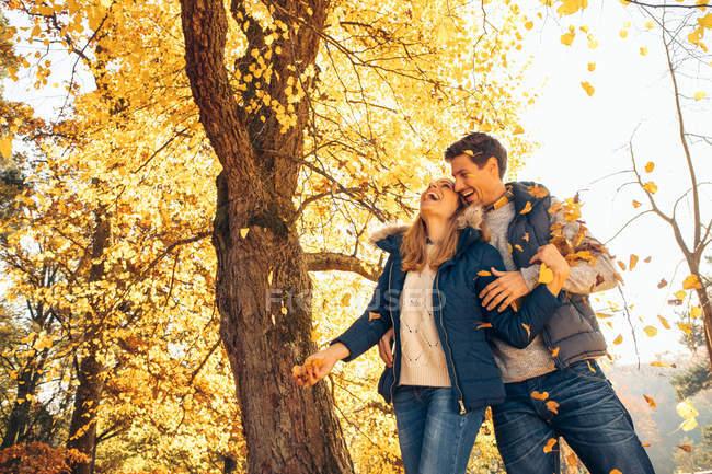 Пара веселится в лесу — стоковое фото