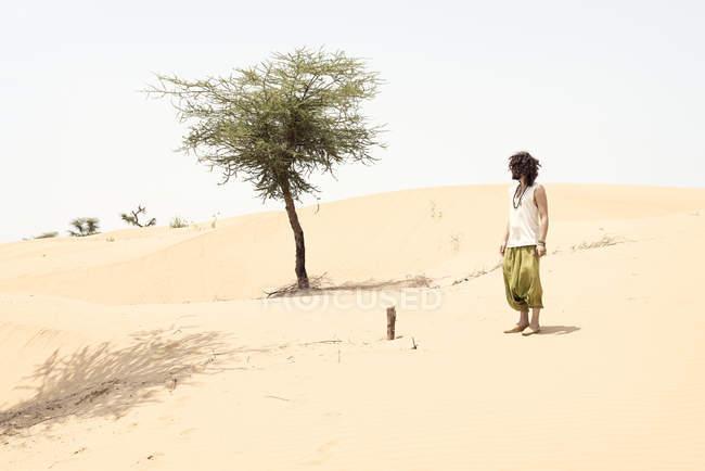 Uomo in piedi da solo nel deserto — Foto stock
