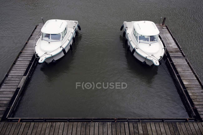 Germany, Duesseldorf, two similar motor yachts moored at jetty of Media Harbour — Stock Photo