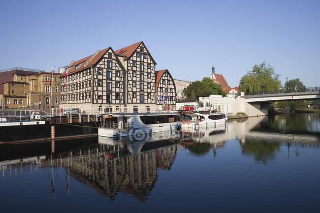 Greniers historiques de Pologne, Bydgoszcz, à la rivière Brda pendant la journée — Photo de stock