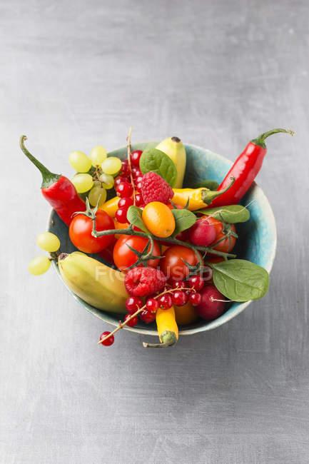 Чаша с фруктами и овощами — стоковое фото