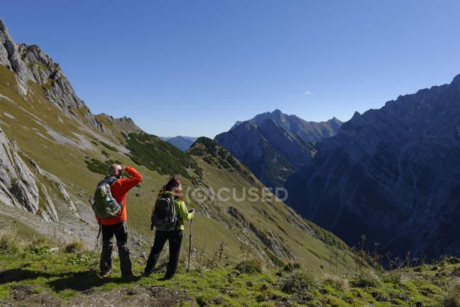 Áustria, caminhantes Tyrol, Karwendel, olhando para ver o Torscharte — Fotografia de Stock