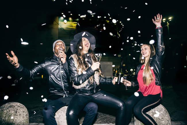 Ентузіазм друзів вечірка на вулиці вночі — стокове фото