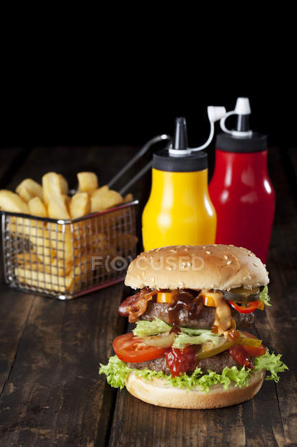 Hamburguesa grande con papas fritas - foto de stock