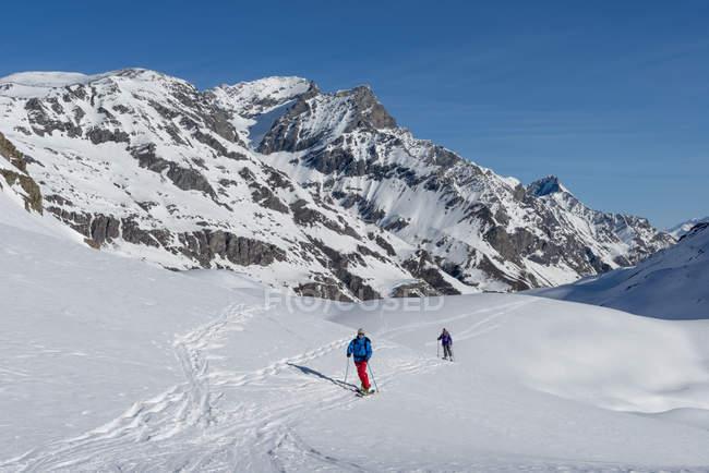 Italien, Rhêmes-Notre-Dame, Benevolo, Skifahrer, Wandern im Schnee bedeckt Berge — Stockfoto