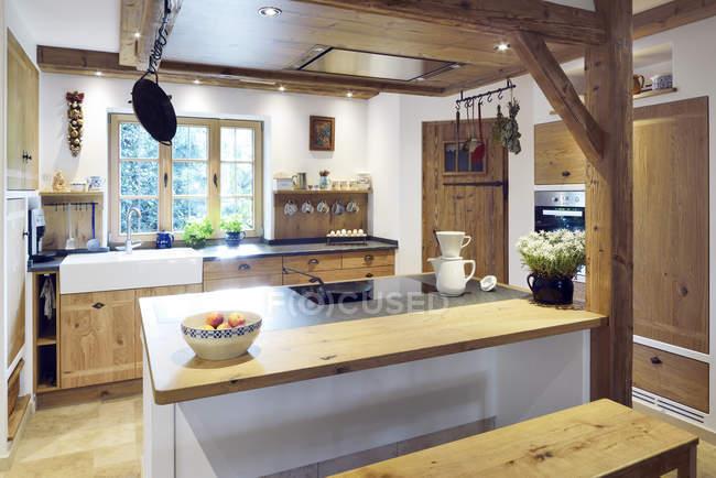 Casa con cucina ad isola in stile rustico e country — Foto stock ...