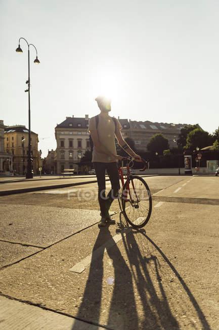 Молодой человек с гоночных цикла в Вене, велосипедов переулок, д-р-Карл-Реннер-кольцо — стоковое фото