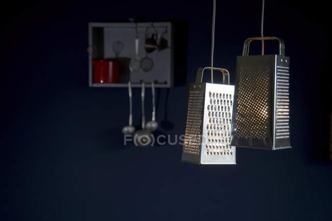 DIY, светильники, сделанные из терки, кухонные принадлежности — стоковое фото