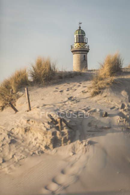 Vieux phare, dunes dans la lumière du matin — Photo de stock