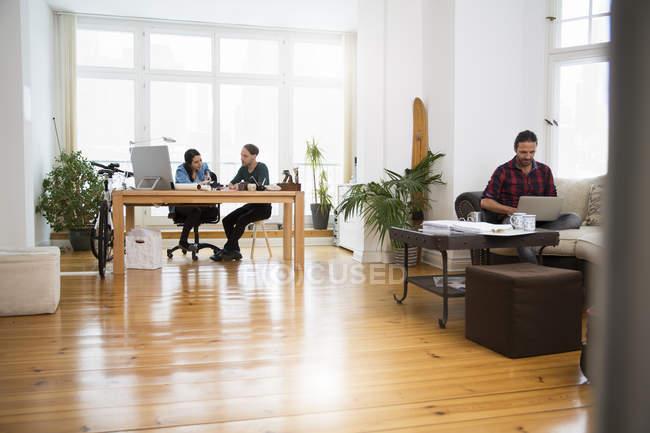 Trois personnes de la création d'entreprise travaillant au bureau de l'informel — Photo de stock