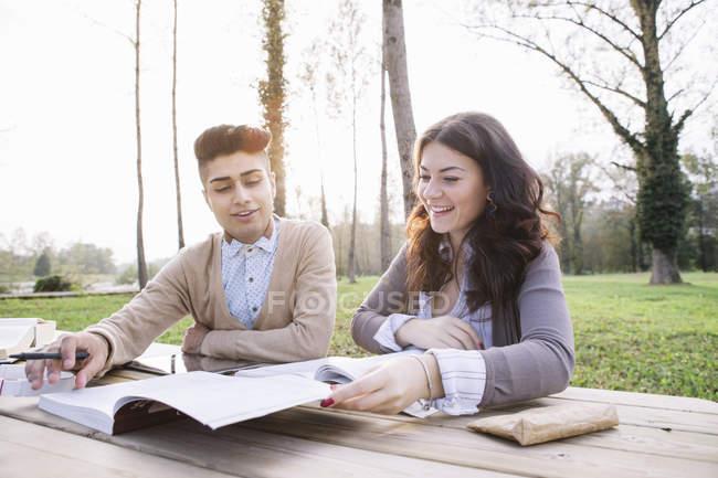 Due giovani studenti imparano insieme al parco — Foto stock