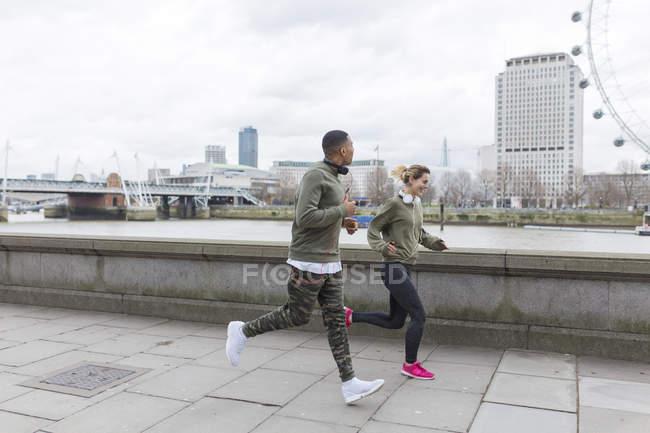 Великобританія, Лондон, чоловік і жінка працює на Ріверсайд — стокове фото
