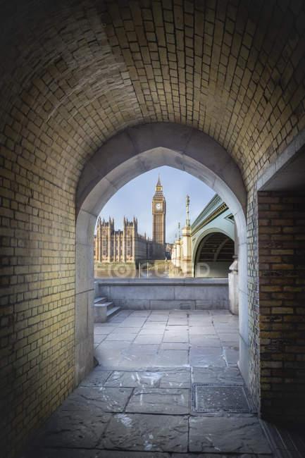 À travers un tunnel pour piétons, Londres, Royaume-Uni, vue sur Big Ben et le Palais de Westminster — Photo de stock