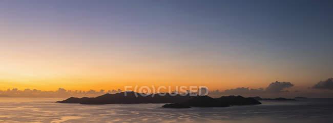Seychelles, Océano Índico, La Digue, Islas al atardecer - foto de stock