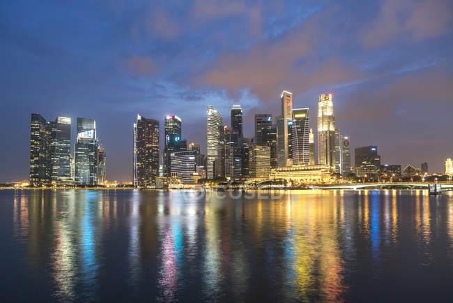 Singapore, Skyline illuminated in the evening — Stock Photo